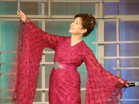 洋装ファッション!赤い着物のようなドレスを着こなす五月みどり